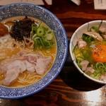 濃厚鶏白湯ラーメン 美空 - 超濃厚鶏白湯ラーメン(880円)贅沢玉子かけご飯(200円)