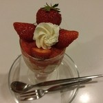 フルーツパーラーフクナガ - 苺パフェ
