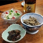 志乃ざき - 最初にビールで「骨煎餅(唐揚げ) (300円)」と「兜有馬煮(山椒煮) (400円)」