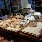 おこめパン&カフェMAGOME - 美味しそうにパンが並んでいます