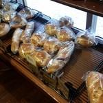 おこめパン&カフェMAGOME - こじんまりとした店内ですが、どれを買おうか迷います