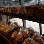 おこめパン&カフェMAGOME - ハードっぽく見えるパンが並んでいます
