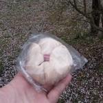 おこめパン&カフェMAGOME - 期間限定の「桜あんぱん (180円)」