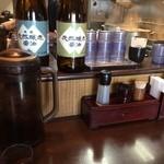 麺処 と市 - カウンター席(おいしいお茶はセルフ・紙ナプキン完備)