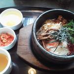 シジャン - シジャン石焼ビビンバ800円(税込)。生卵、キムチ、スープ付