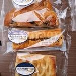 神戸屋東京工場直売店 - 惣菜パン・菓子パンは1つ¥70。消費期限は3~4日後でした