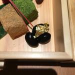 錦一葉 - 黒豆には金箔が添えられていました。