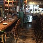 ビアカフェあくら - テーブル席です。