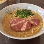 マイラーメンキッチン - マイラーメンセット。これは味噌だれ、とんこつスープと和風スープ、ポーク油とねぎ油、中太麺の組み合わせ。ねぎとチャーシューは自宅で追加。けっこう旨い♡