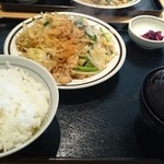 五百川食堂 - モツと野菜炒めの定食。