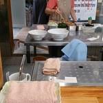 50176868 - 大盛と普通盛の丼の大きさの違い(左奥が麺の作業場みたいです)
