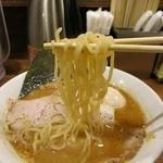 玉五郎 - 太縮れ麺のリフト。