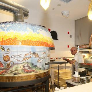 ナポリより取り寄せた薪窯で焼くナポリピッツァ