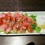 沖ちゃん - だてまぐろ頭肉のタタキ(ハーフサイズ)(580円)