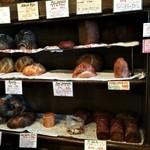 ブレッド&サーカス - ライ麦パンなど、ハード系の棚