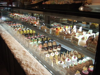 パティスリー アンジェココ - たくさんの創作ケーキが並ぶ可愛らしい店内