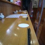 海鮮居酒屋ふじさわ - カウンター席。6席あります。日本酒のことならなんでも店主に聞いてください!