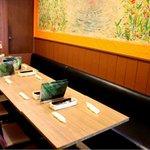 南インド料理胡椒海岸マラバールエクスプレス - お席はゆったり座っていただけます。