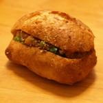 50202070 - えんどう豆とひよこ豆と牛肉のラグー、菜の花のリュスティックサンド