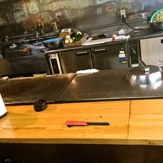 目の前で焼かれるオープンキッチン