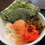 博多らーめん みつぼし  - 明太子ご飯に紅生姜と辛子高菜を載せて