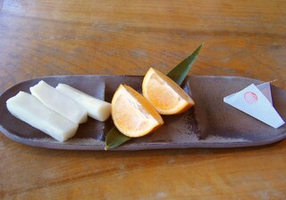 """麦とろ童子 - 左から「伊豆特産""""ニューサマーオレンジ""""」、「大根の漬物」、「鰻用の山椒」"""