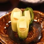 天青 - クリームチーズの味噌漬けの胡瓜巻き
