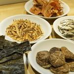 麺や佑 - 全国各地から厳選した天然物の乾物を使用