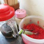 長浜ラーメン 福重家 - 紅しょうが・ラーメンダレ・スリゴマのみ。 コショウやニンニクはリクエストすれば持ってきて下さるようです。