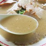 長浜ラーメン 福重家 - ぷんと香る豚骨臭。 脂っこくないけどコクのあるスープ。 やや甘めのタレが効いてます。