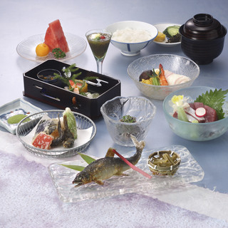 川床で贅沢に愉しむ、旬の食材を使ったお料理