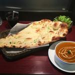 ガナパティ - ランチBセット チキンマサラカレーとガーリックナン、そしてセルフでサラダとドリンク