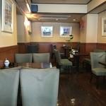 喫茶ニューロード - 店内奥ながら自然光が差し込み広くて開放感がある