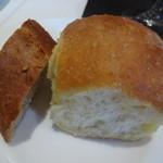 ノガラッツァ - ランチ ギオット パン フォカッチャと、全粒粉のパン