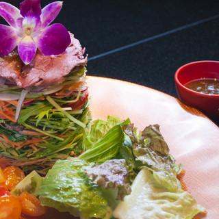 ローストビーフをお野菜で挟んだミルフィーユサラダ