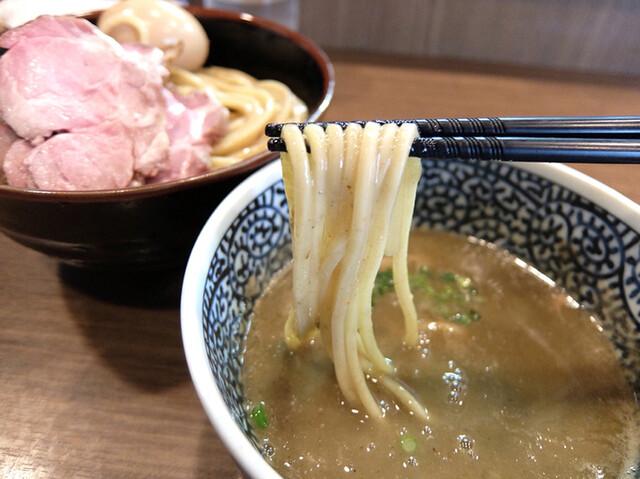 煮干しつけ麺 宮元 - 201604 麺は麺屋 一燈の特注麺。もっちりグニッと強い弾力、全粒粉入りで小麦の香り強く特濃スープに負けない力強さ