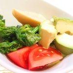 GINA - パスタランチ 900円 のアボガドたっぷり野菜の小鉢