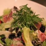 イタリアン食堂 良's - パルマ産生ハムとオリーブのサラダ