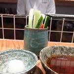 天ぷらチャンピオン - まず出てきた野菜スティックと塩とてんつゆ