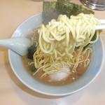 武蔵家 - 麺は、低加水中太