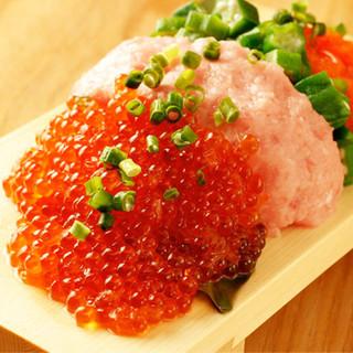 人気メニューは、赤字覚悟の「こぼれ寿司」!日本酒との相性◎