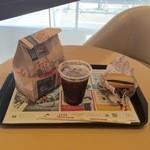 50279080 - アイスコーヒー、チキンクリスプ、ハンバーガー各100円です。
