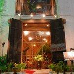 ビストロ・ダルブル - アンティークの大きな扉が特徴的。扉の先には、パティオが広がる。