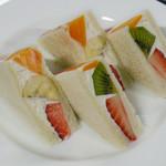カフェ ド ロペ - フルフルのフルーツサンド
