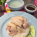 ガイトーンShinbashi - カオマンガイ 並。スープ、パクチー付き 800円  パクチーは食べ放題‼︎