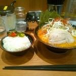 まくり家 川崎店 - 「唐魂ラーメン」普通盛りと無料ライスにきゅうり漬け&豆板醤