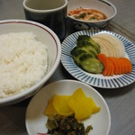 肉料理 阿蘇 - ごはん。漬物ついてます。朝鮮漬と床漬は別注で