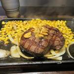 いきなりステーキ - ポットに入ったステーキソースをぶっかけるとステーキの完成、野菜は玉葱とコーンのみなんで200g位ならペロリと食べれます。