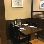 纏 - 店内中央のテーブル席