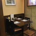 纏 - 店内入口側テーブル席